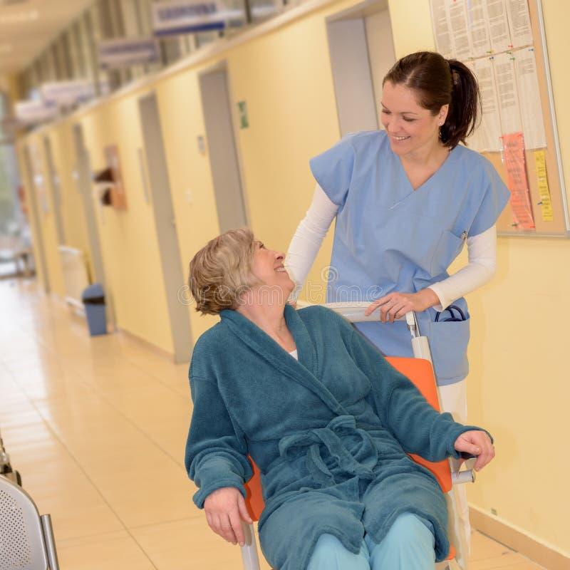 Verpleegster met hogere patiënt in het ziekenhuis royalty-vrije stock afbeeldingen