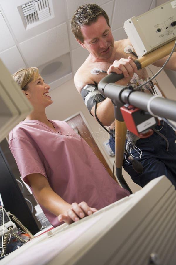 Verpleegster met Patiënt tijdens Gezondheidscontrole stock afbeelding