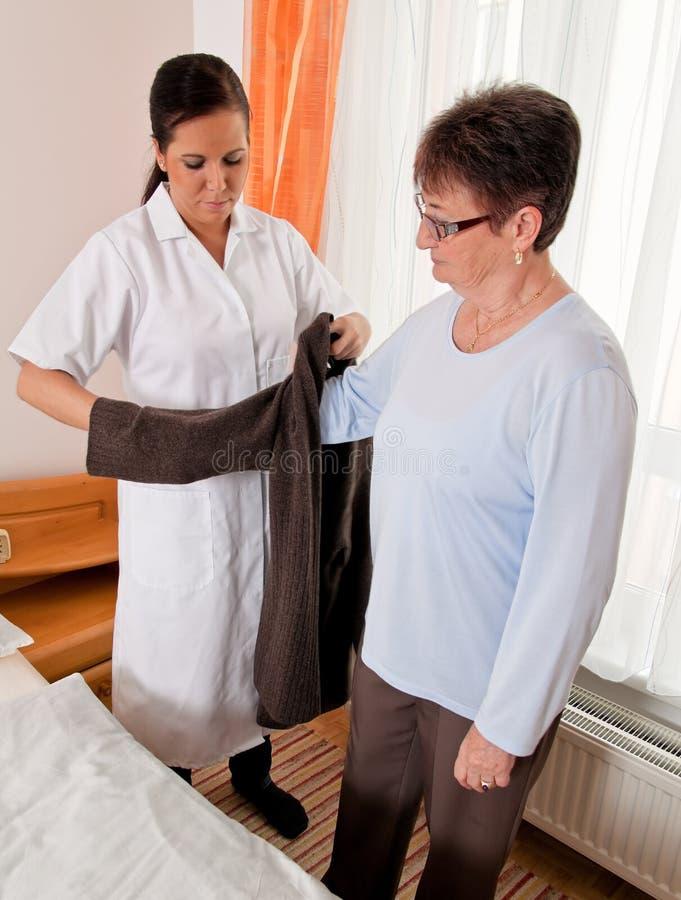 Verpleegster in oude zorg royalty-vrije stock foto