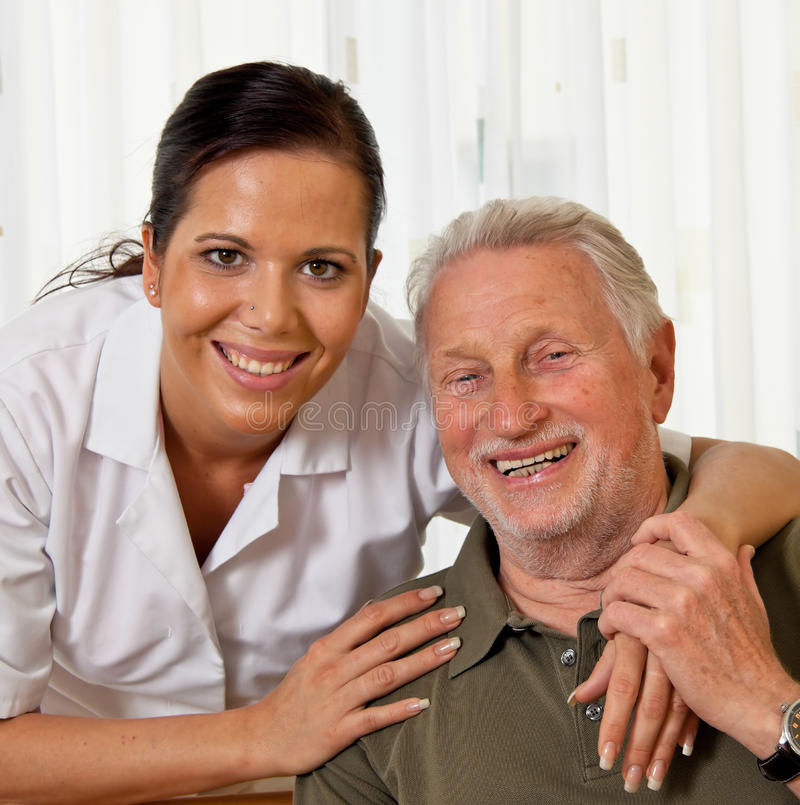 Verpleegster in oude zorg voor de bejaarden in verzorging royalty-vrije stock foto's