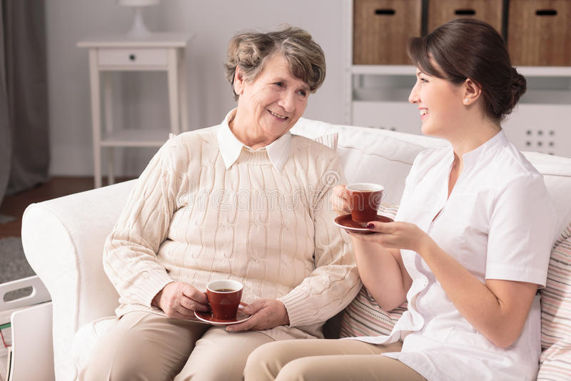 Verpleegsters bezoekende patiënt thuis royalty-vrije stock afbeeldingen