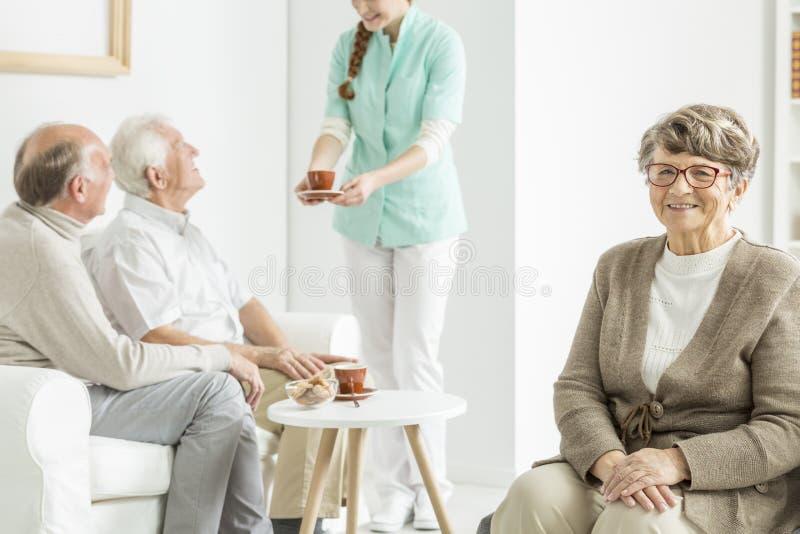 Verpleegsters dienende thee stock foto