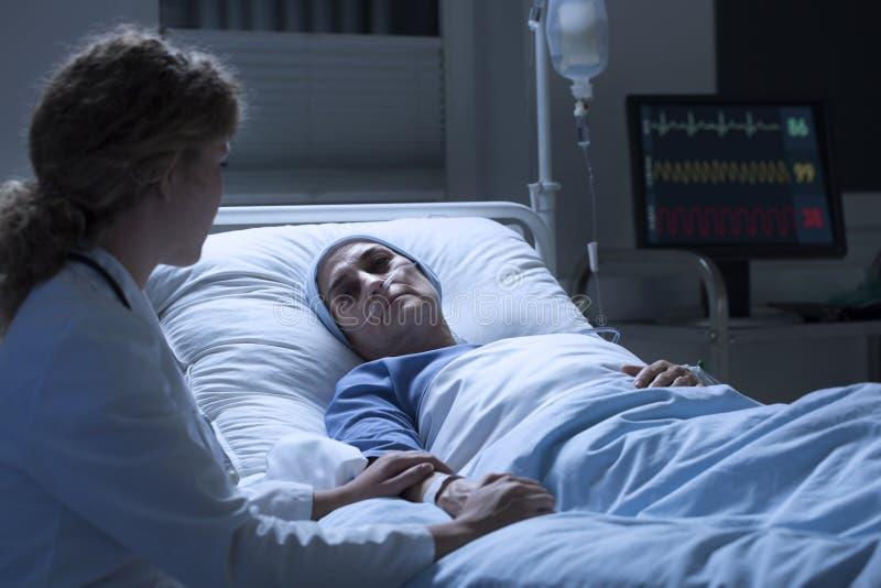 Verpleegsters ondersteunende vrouw met leukemie royalty-vrije stock afbeelding