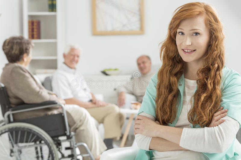 Verpleegstershorloge over bejaarde mensen stock foto