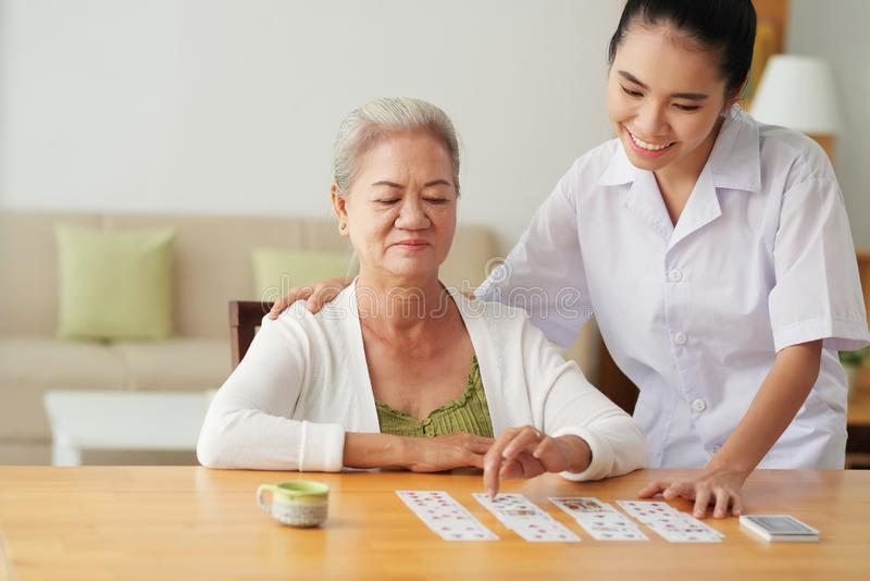 Verpleegstersspeelkaarten met patiënt royalty-vrije stock foto