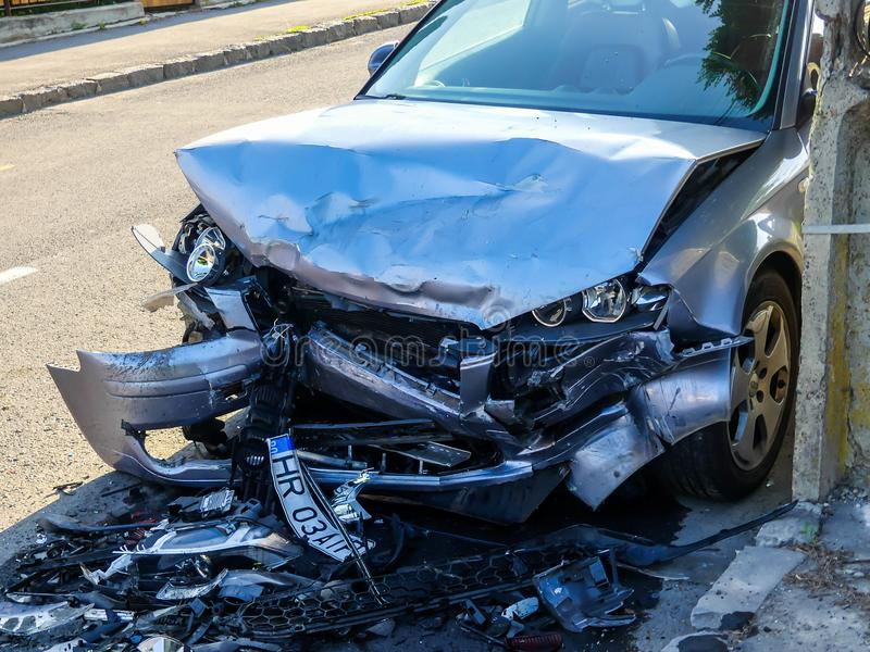 Verpletterd Audi op de kant van de weg na frontale botsing stock afbeeldingen