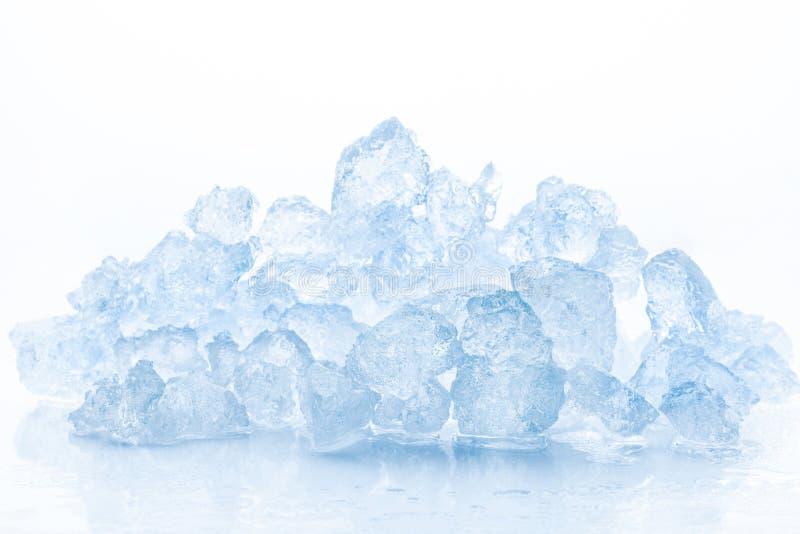 Verpletterd ijs op witte achtergrond royalty-vrije stock foto