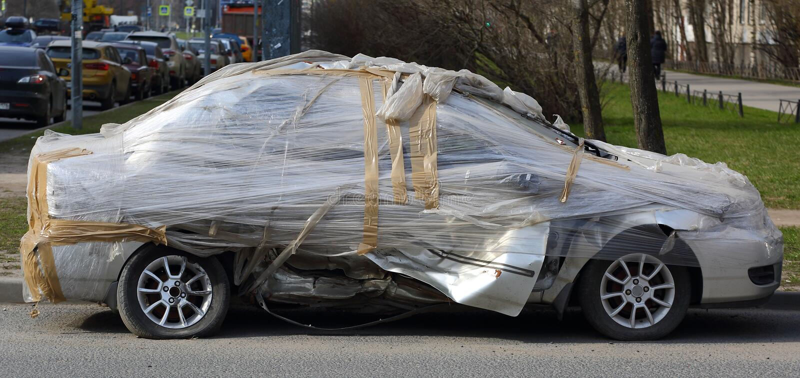 Verpletterde auto die met polyethyleen wordt behandeld royalty-vrije stock afbeelding