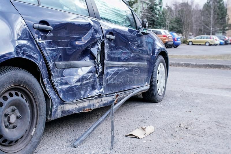 Verpletterde auto na ongeval, detail aan kant - misvormde metaalplaten royalty-vrije stock fotografie