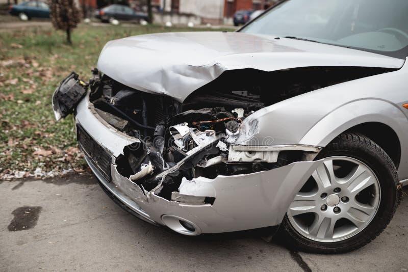 Verpletterde auto op de straat stock foto