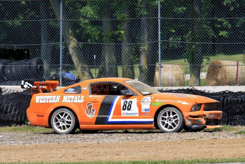 Verpletterde Ford Mustang-raceauto stock foto's