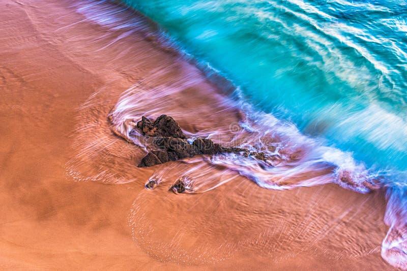 Verpletterende golven tegen zandige kust 2 royalty-vrije stock afbeelding