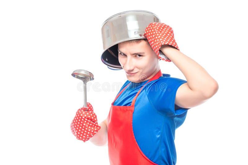 verrückter Mann in einem Schutzblech mit einer Wanne auf seinem Kopf, der auf einem Weiß aufwirft stockfotografie