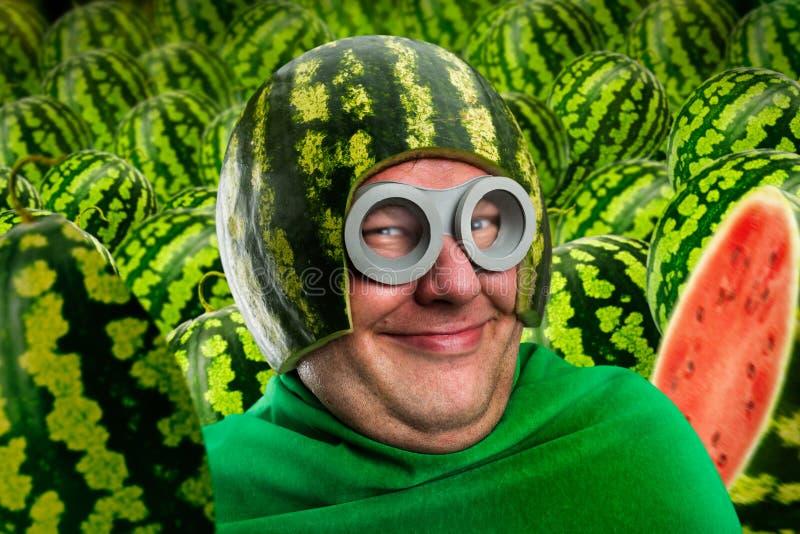 Verrückt bemannen Sie im Wassermelonensturzhelm und googelt stockfotografie