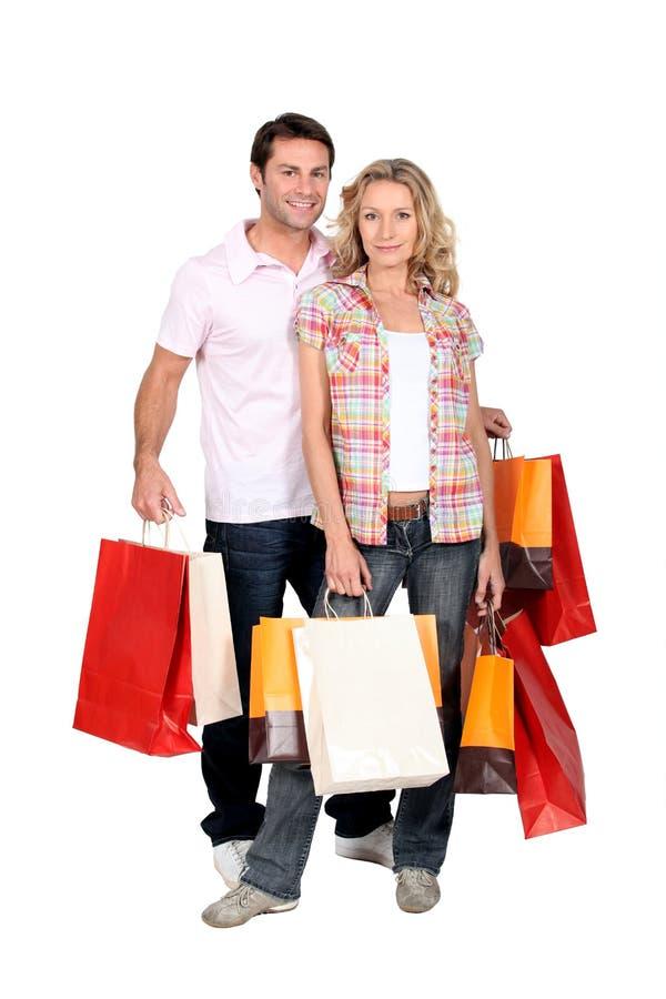 Verrückte Einkaufenreise der Paare stockfotos
