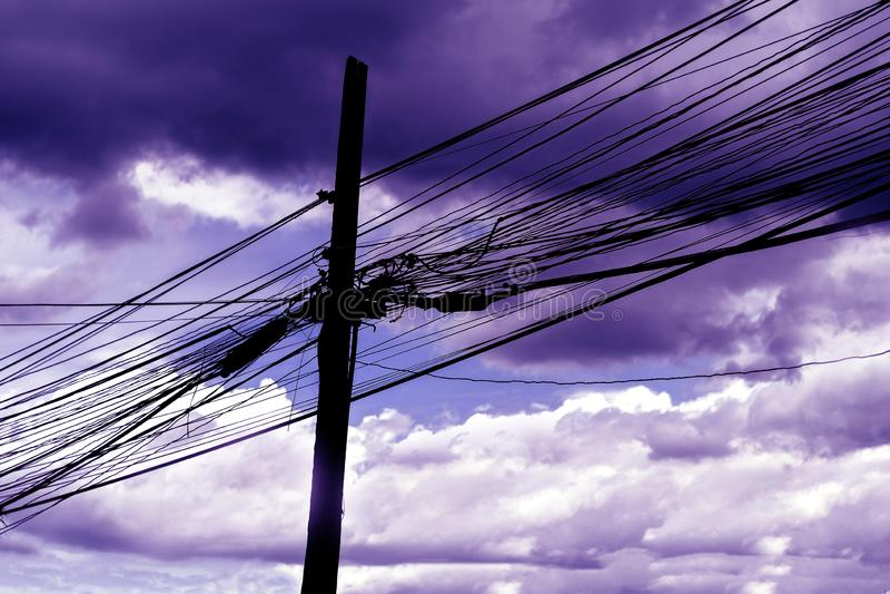 Verrückte elektrische Linie auf Strommast mit Himmel stockbilder