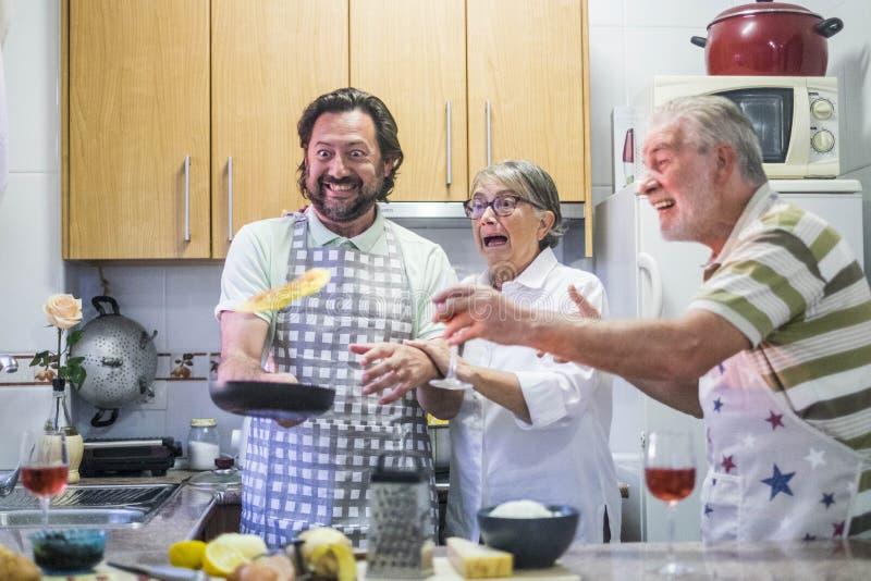 Verrückte Familie und fliegendes Omelett stockfotos