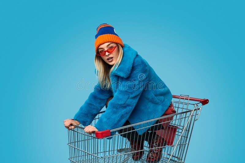 Verrückte Frau im Einkaufswagen lizenzfreie stockbilder