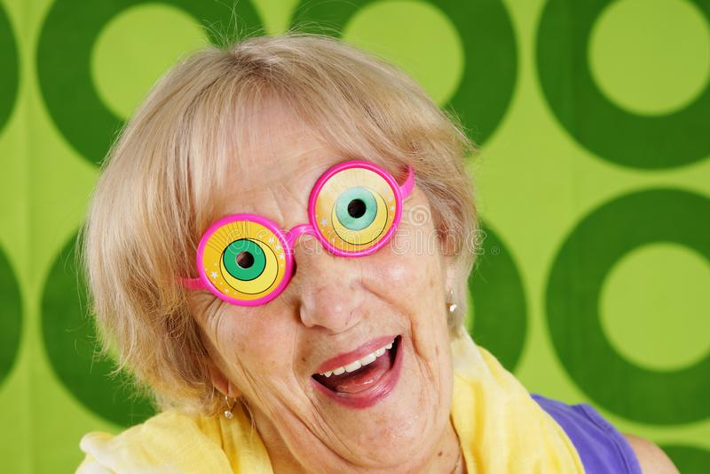 Verrückte Großmutter, die Spaß hat lizenzfreie stockfotos