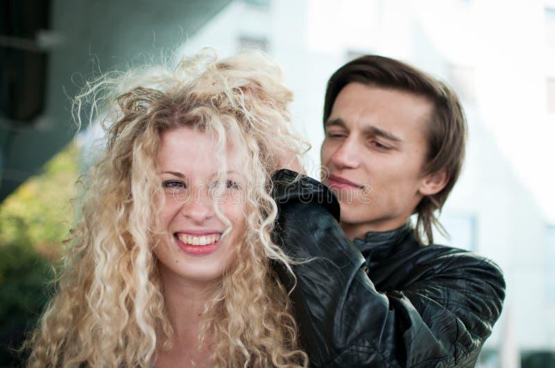 Verrückte Zeit - Paar, das mit dem Haar spielt stockbilder