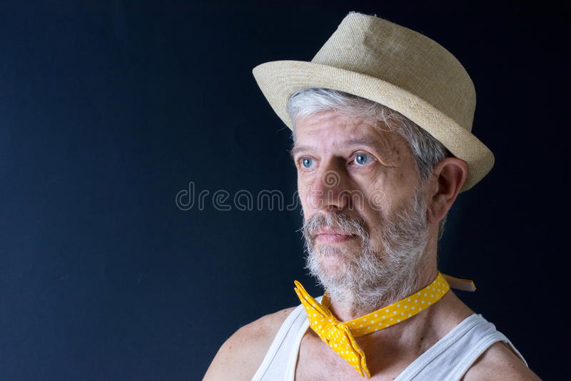 Verrückter älterer Mann mit einem Hut und einer Fliege lizenzfreies stockbild