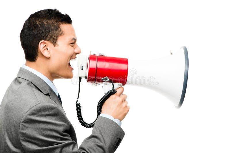 Verrückter asiatischer Geschäftsmann, der im Megaphon auf weißem backgrou schreit stockbild