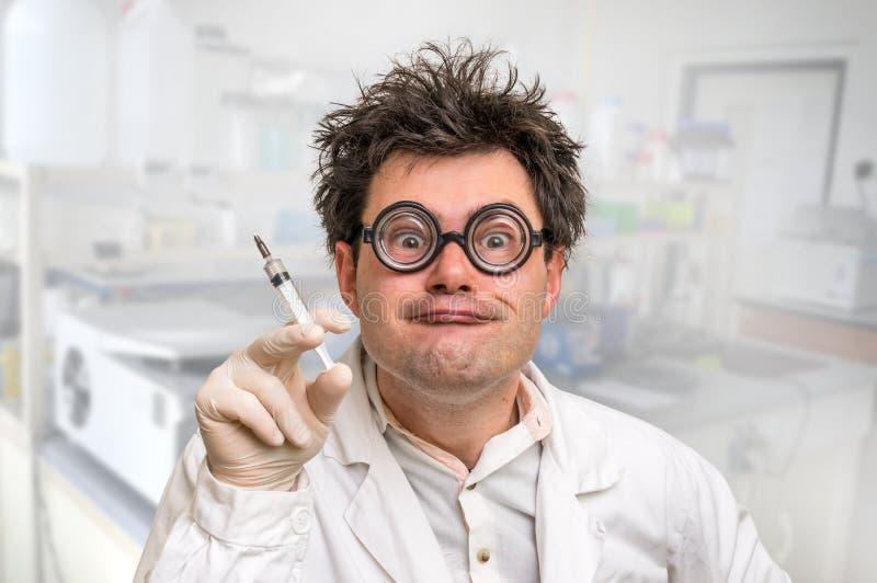 Verrückter Doktor, der Experimente im Krankenhaus durchführt lizenzfreie stockfotografie
