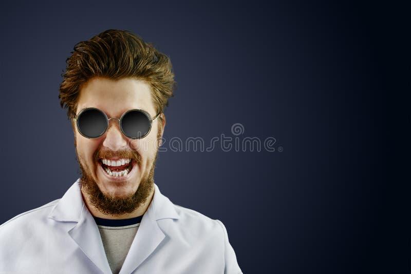 Verrückter Doktor im weißen Mantel und in der schwarzen Sonnenbrille stockfotografie