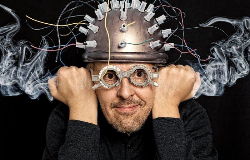 Verrückter Erfinder mit Sturzhelm lizenzfreies stockbild