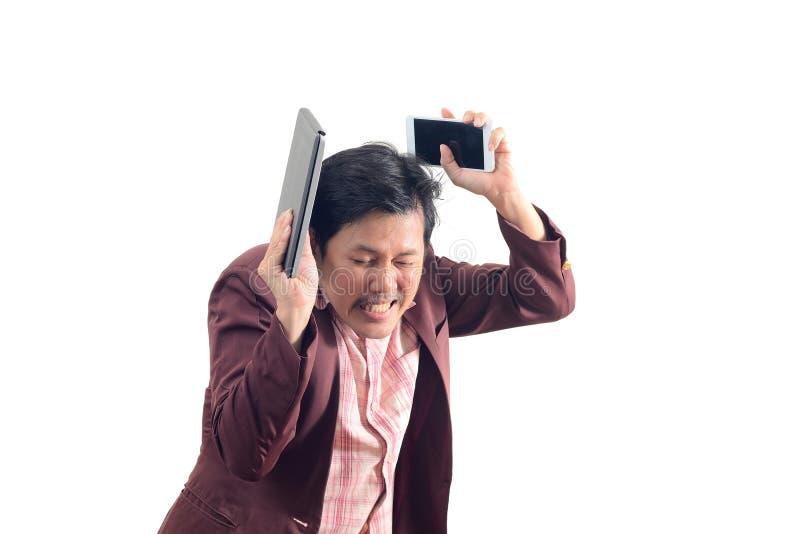 Verrückter Geschäftsmann, der den Smartphone und Laptop obenliegend im che hält lizenzfreie stockfotos