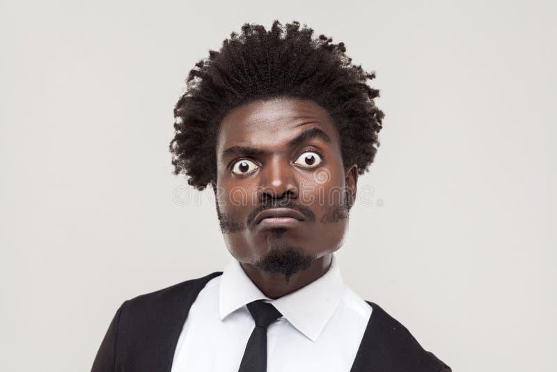 Verrückter Geschäftsmann des Porträts mit lustigem Gesicht lizenzfreie stockfotografie