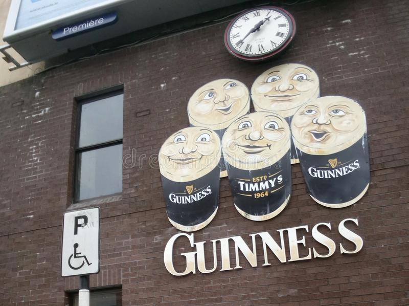 Verrückter Limerick mit Freunden lizenzfreie stockbilder