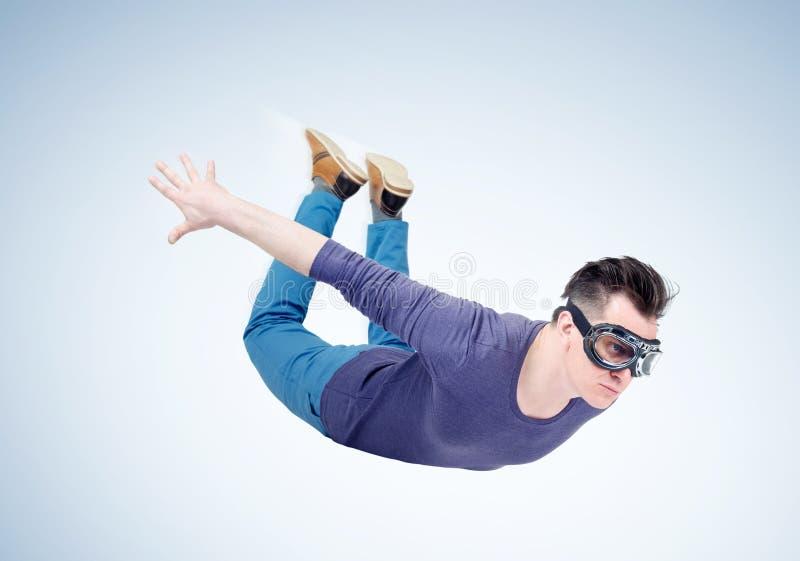Verrückter Mann in den Schutzbrillen fliegt in den Himmel Pulloverkonzept stockfoto