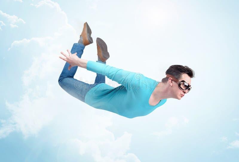Verrückter Mann in den Schutzbrillen fliegt in die Wolken Pulloverkonzept lizenzfreies stockbild