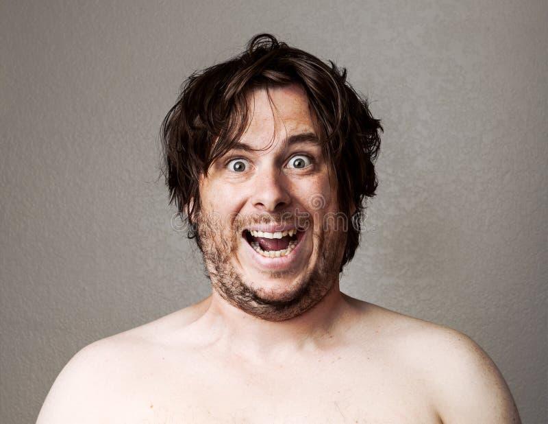 Verrückter Mann, der die Kamera betrachtet lizenzfreies stockbild
