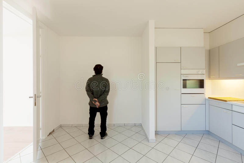 Verrückter Mann in der Küche lizenzfreie stockfotografie