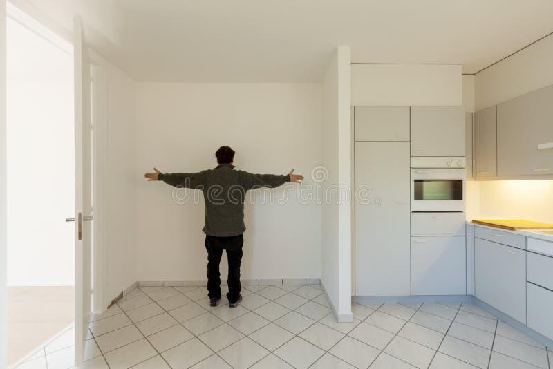 Verrückter Mann in der Küche stockbild