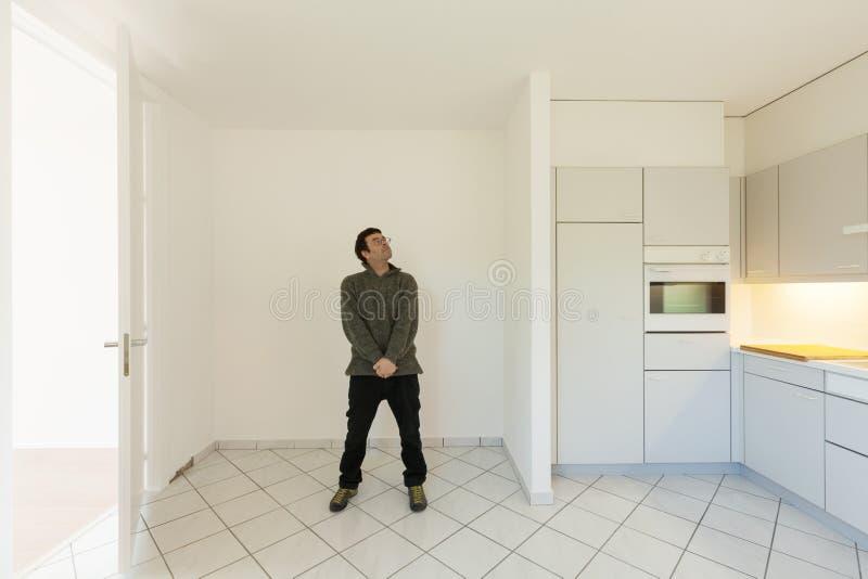 Verrückter Mann in der Küche stockfotografie