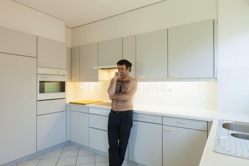 Verrückter Mann in der Küche lizenzfreie stockfotos