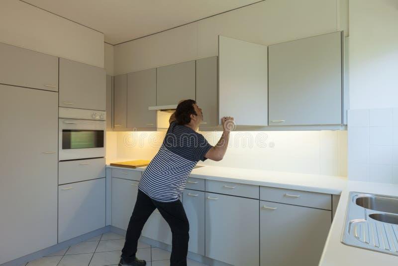 Verrückter Mann in der Küche lizenzfreie stockbilder
