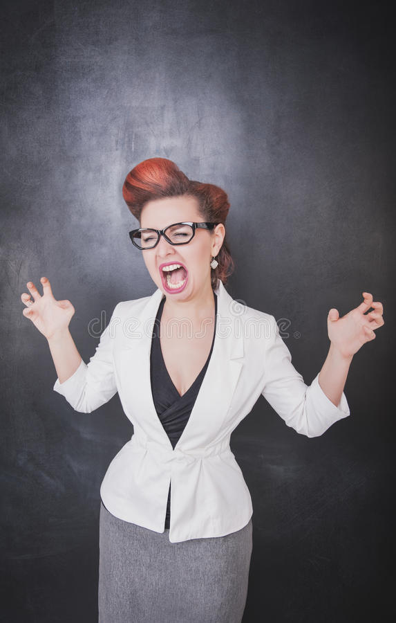 Verrückter schreiender Lehrer auf Tafelhintergrund lizenzfreies stockfoto