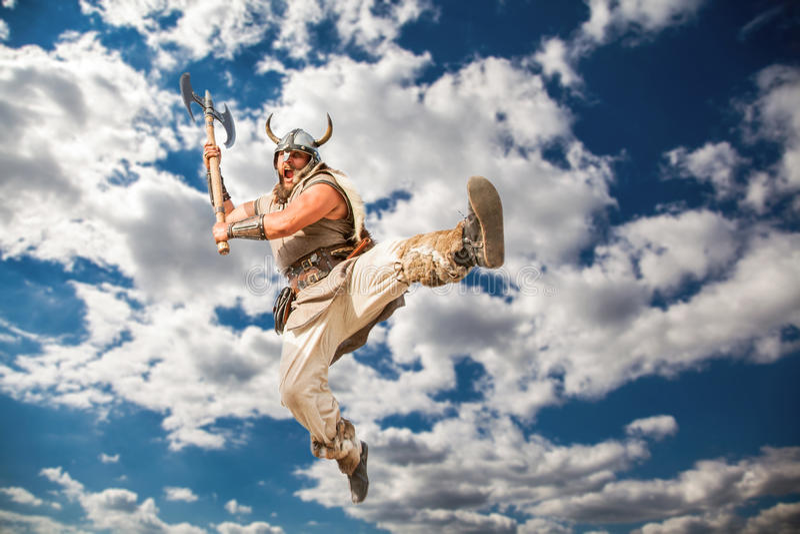 Verrückter starker Wikinger, der vom skyÑŽ angreift lizenzfreie stockfotografie