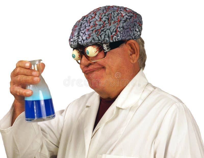 Verrückter Wissenschaftler braut eine Zubereitung stockfoto