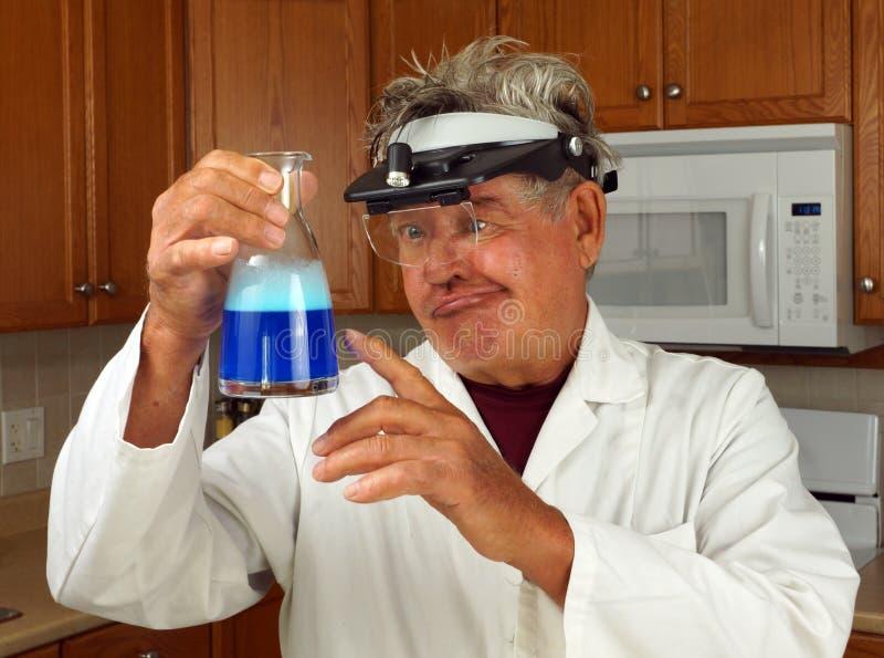 Verrückter Wissenschaftler in der Küche stockbilder