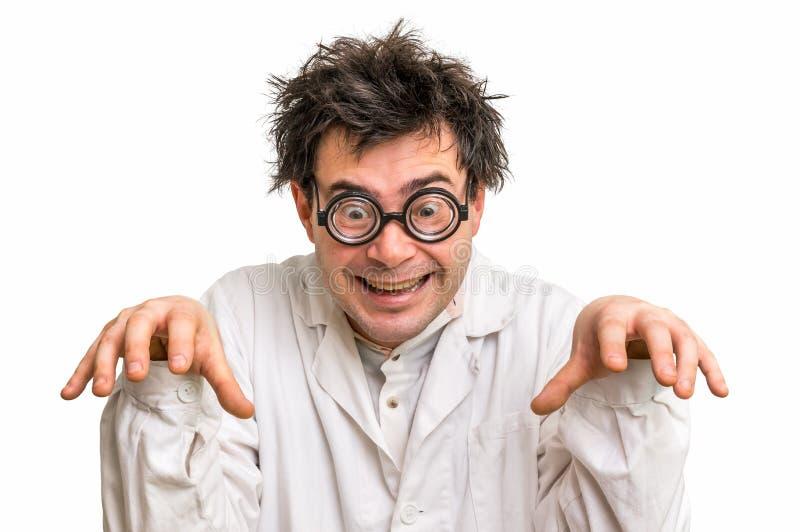 Verrückter Wissenschaftler mit den Gläsern und weißem Mantel lokalisiert auf Weiß lizenzfreie stockfotos