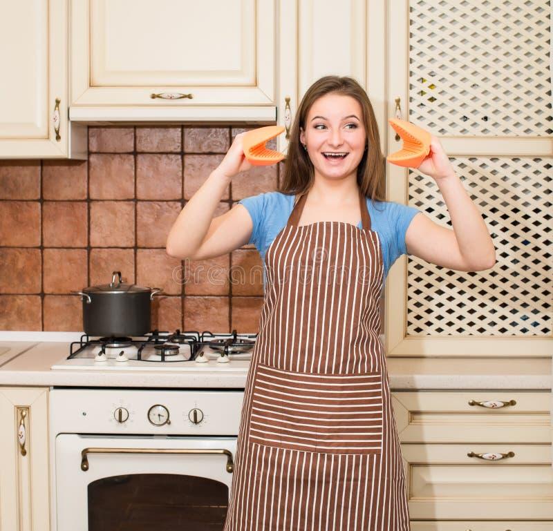 Verrücktes Backen, welches die Frau hat Spaß in ihrem Küche lächelnden che kocht lizenzfreie stockfotografie