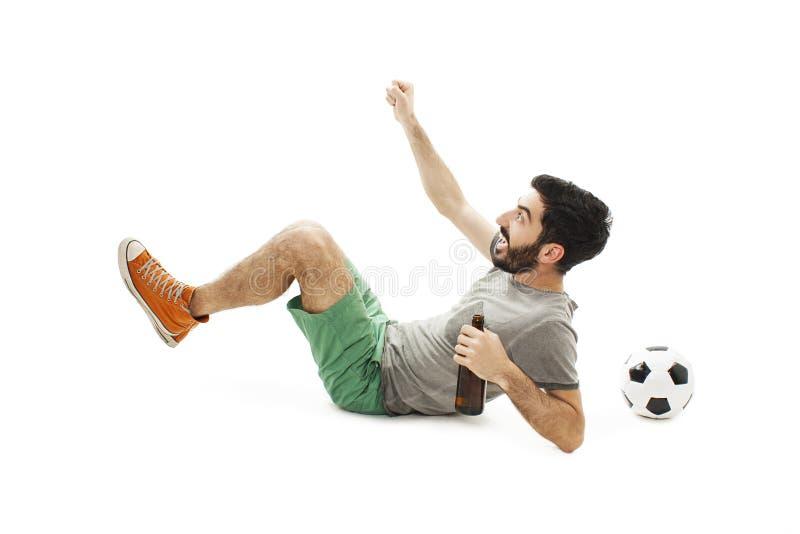 Verrücktes Fußballfan, das dem glücklichen aufpassenden Fernsehfußballspiel feiert zählendes Ziel zujubelt stockbilder