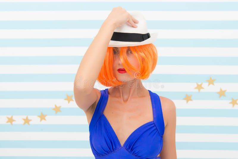 Verrücktes Mädchen im Hut Modefrau mit dem orange Haar Zaubermode-modell Stilvolles Mädchen mit verrücktem Blick Schönheit und lizenzfreies stockfoto