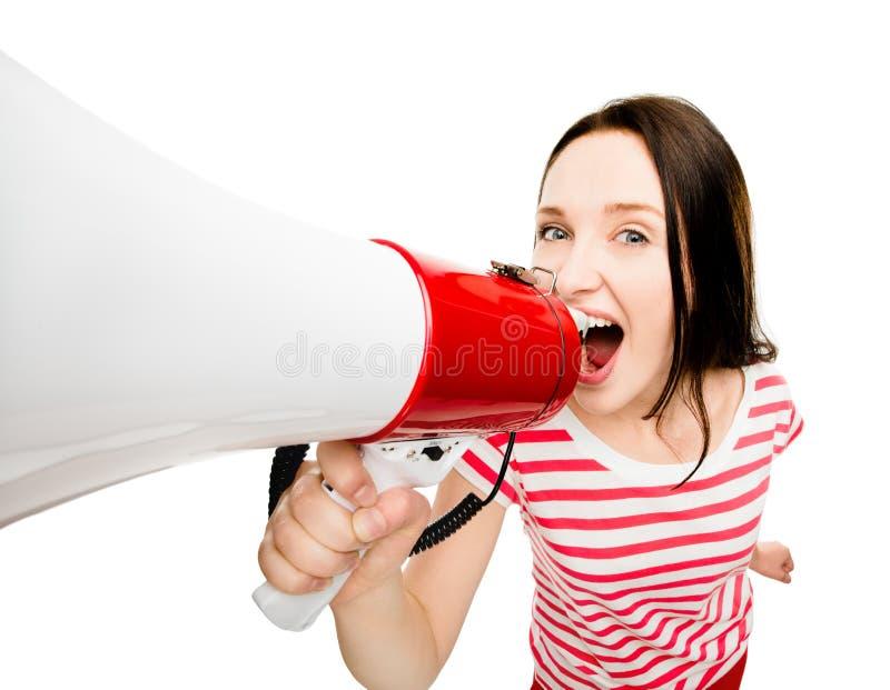 Verrücktes schreiendes recht nettes des Megaphons der jungen Frau lokalisiert auf whi lizenzfreies stockbild