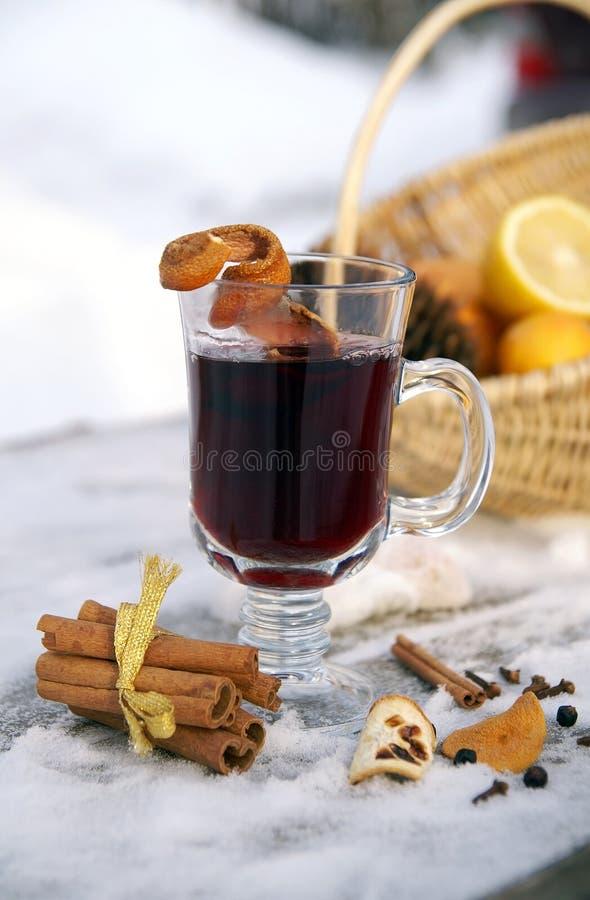 Verrührter Rotwein in einem Glasbecher im Freien im Winter stockfoto